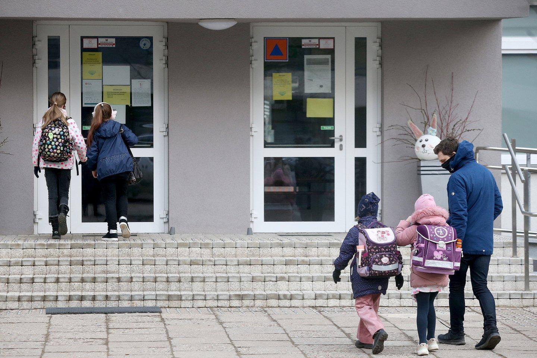 Pradinukai grįžta į mokyklą.<br>R.Danisevičiaus nuotr.