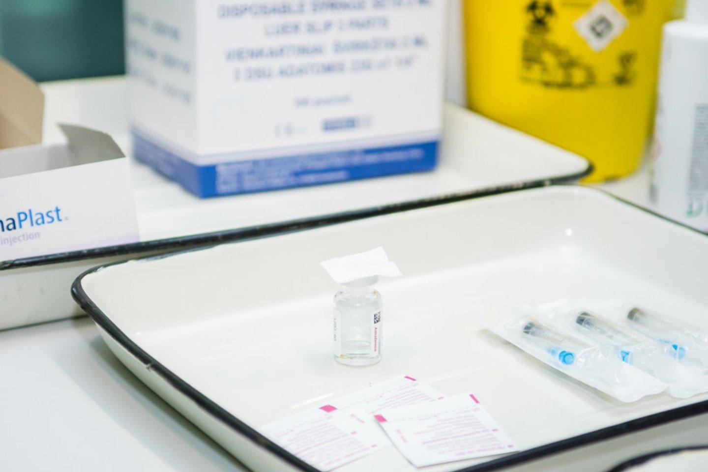 Skiepyti koronaviruso vakcinomis bei imti tepinėlius testams galės ir slaugytojo padėjėjai, informuoja Sveikatos apsaugos ministerija.<br>R.Ančerevičiaus nuotr.