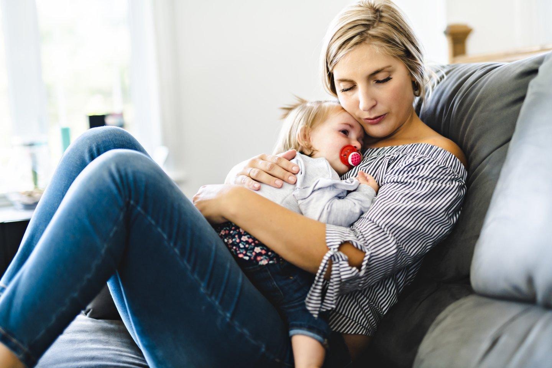 Emigranto žmona neviltyje, nes kelis mėnesius ji nematė vyro, o jų vaikelis - tėčio.<br>123rf.com asociatyvioji nuotr.