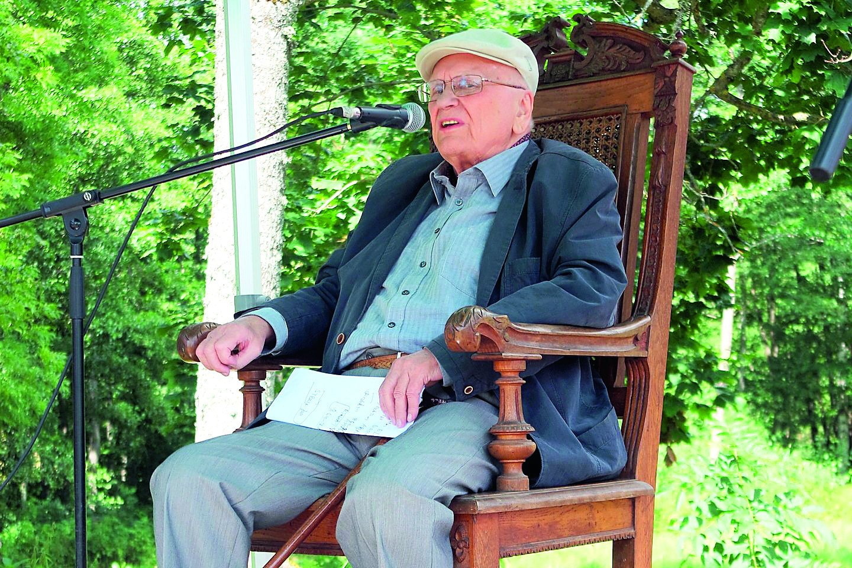 """Vyriausias Lietuvos poetas A.Baltakis praėjusių metų """"Poezijos pavasarį"""" pasitiko sėdėdamas kito garsaus poeto Antano Baranausko krėsle.<br>T.Kontrimavičiaus nuotr."""