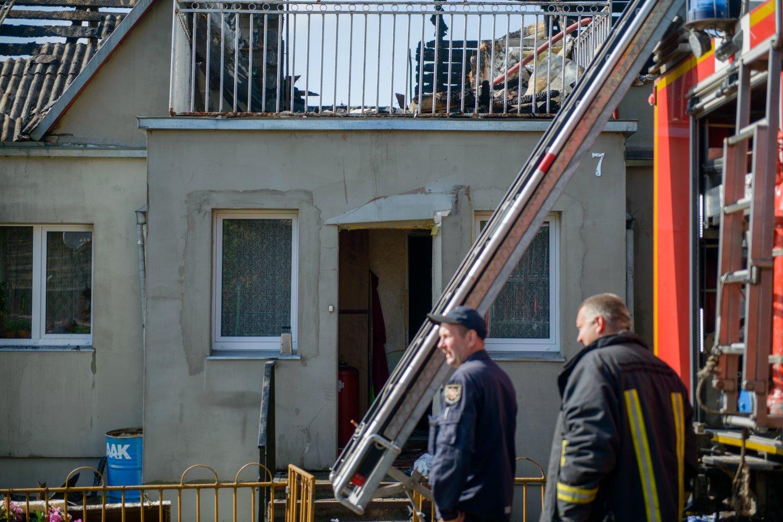 Kauno rajone nugriaudėjus sprogimui, apdegė šeimininkas, liepsnos nusiaubė gyvenamąjį namą.<br>J.Stacevičiaus asociatyvioji nuotr.