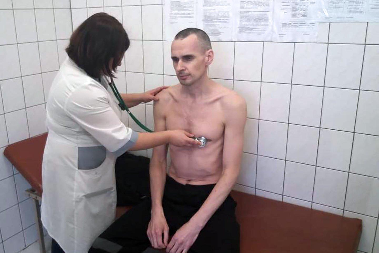 O.Sentsovas atsisakė bado streiko po to, kai jo sveikata tapo kritinės būklės, o kalėjimo pareigūnai tariamai grasino jį priverstinai pamaitinti. <br>AFP/Scanpix nuotr.