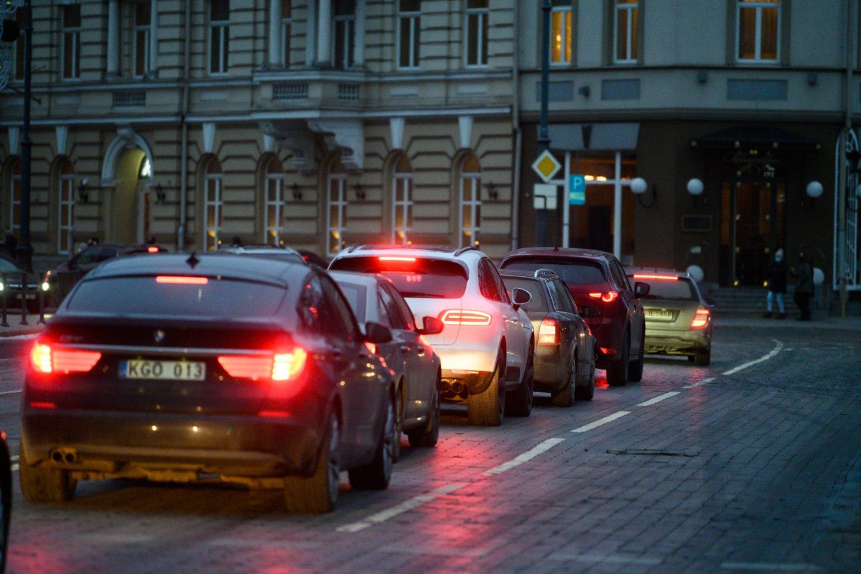 Važiuojant sostinės Senamiesčiu reikia gerai pagalvoti, kaip įvažiuoti, o vėliau tenka sukti galvą, kaip išvažiuoti, sako M.Mikutavičius.<br>V.Skaraičio nuotr.