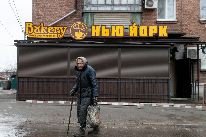 """Milžiniškas užrašas """"Niujorkas"""" kabo virš įėjimo į miesto rotušę. Kepykloje tokiu pačiu pavadinimu galima nusipirkti raguolių ir kavos.<br>REUTERS/Scanpix nuotr."""