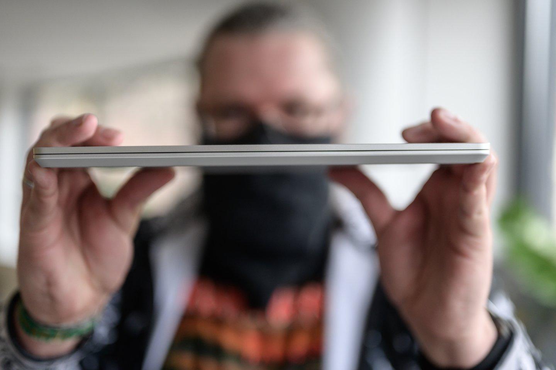 """""""Microsoft Surface Laptop Go"""" gabaritai – itin maži: 28x20,5x1,7 cm (storiausioje vietoje, ties vyriais).<br>V. Skaraičio nuotr."""