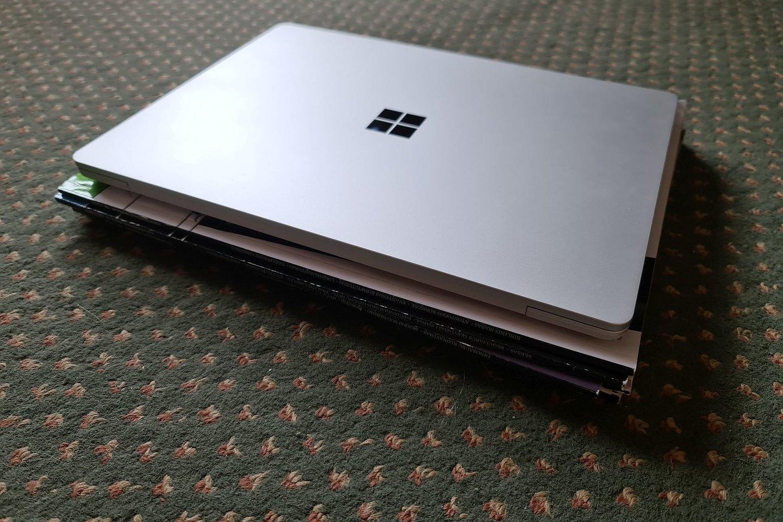 """Microsoft Surface Laptop Go"" ant žurnalo krūvelės.<br>A. Rutkausko nuotr."