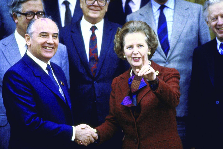 """1984 m. gruodis. Būsimasis sovietų lyderis Michailas Gorbačiovas susitinka Čekerse su britų ministre pirmininke M. Thatcher. Vėliau ji M. Gorbačiovą apibūdino kaip """"žmogų, su kuriuo galima kai ką nuveikti"""".<br>Leidėjų nuotr."""