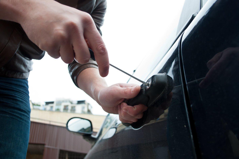 """Kėdainių rajono policijos komisariato pareigūnai ir jaunieji policijos rėmėjai Kėdainių mieste vykdė akciją """"Aš rūpinuosi automobilio ir asmeninių daiktų saugumu"""".<br>kiti"""