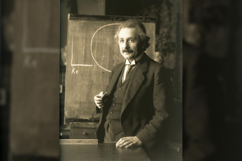 Radikalios įžvalgos apie šviesos prigimtį leido A. Einšteinui iškilti nuo niekam nežinomo biuro darbuotojo iki XX amžiaus fizikos genijaus.<br>Wikimedia commons.
