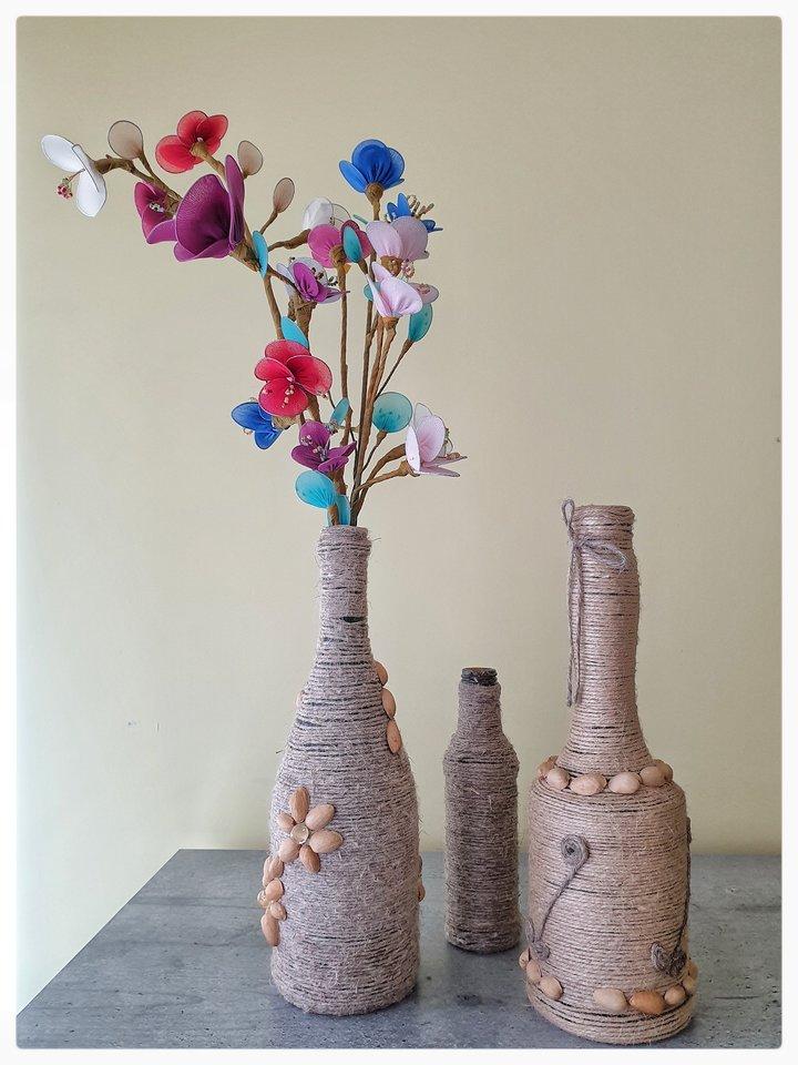 """Marijona gyvena tikrą """"zero waste"""" gyvenimą – iš atliekų gamina dekoracijas, o iš stiklo butelių, senų maišų, karolių, suplyšusių pėdkelnių ji daro gėlės ir dekoruoja vazas.<br>M.Simanavičienės nuotr."""