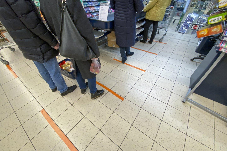 Tikrintojai nustatė, kad ne visi prekybos centro lankytojai tinkamai dėvėjo privalomą apsauginę kaukę.<br>V.Ščiavinsko asociatyvi nuotr.