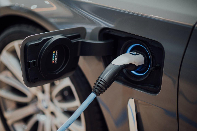 Elektromobiliai tarp įkrovimų gali įveikti 300-400 km, nors daugelis žmonių per dieną nuvažiuoja po 30.<br>www.unsplash.com asociatyvi nuotr.