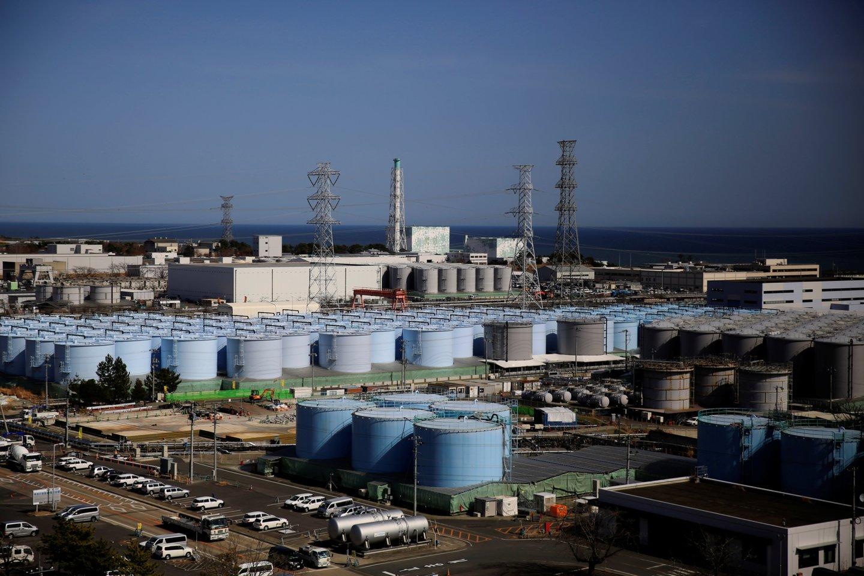 Šiuo metu rezervuaruose elektrinės teritorijoje yra apie 1,25 milijono tonų vandens, pranešė jėgainės operatorė TEPCO, atsisakiusi komentuoti pranešimus.<br>Reuters / Scanpix nuotr.