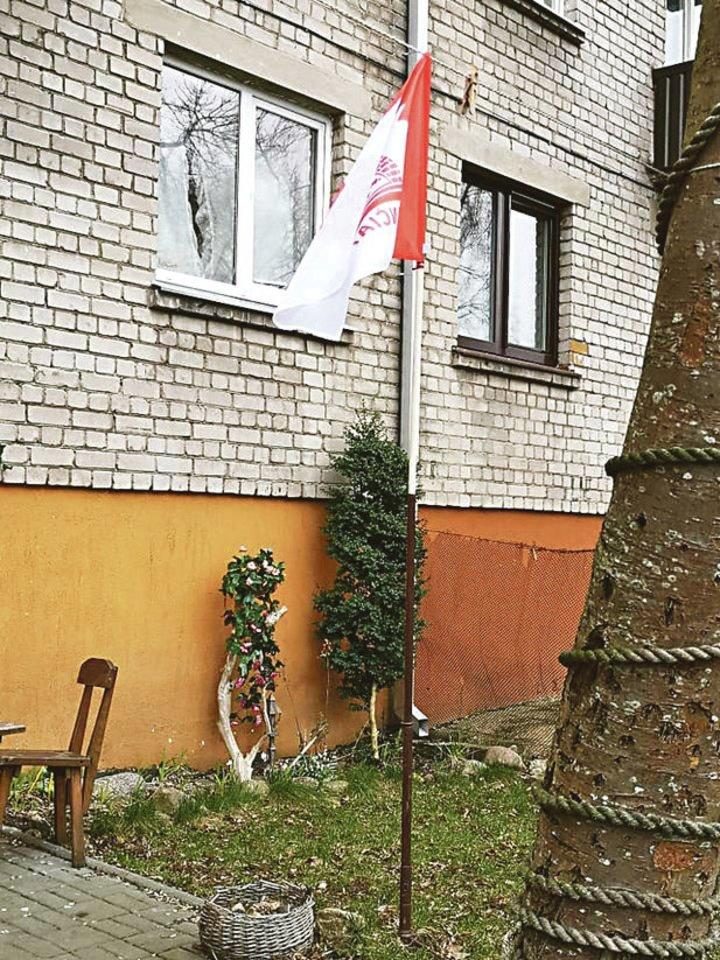 Gyventojai nespėjo įsigyti laikiklio, todėl vėliavos kotą įsmeigė į strypą.<br>G.Bitvinsko nuotr.