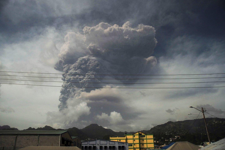 Virš Sufriero, aukščiausio Sent Vinsento ir Grenadinų kalno, iškilo 6 km aukščio įkaitusių pelenų ir dūmų stulpas.<br>Scanpix nuotr.