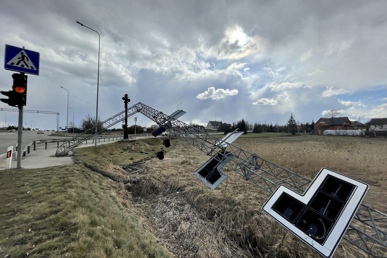 Avarija kelyje Vilnius–Utena įvyko šeštadienį (kairėje). Po keturių dienų įvykio vietos niekas nė nemanė tvarkyti.<br>V.Ščiavinsko nuotr.