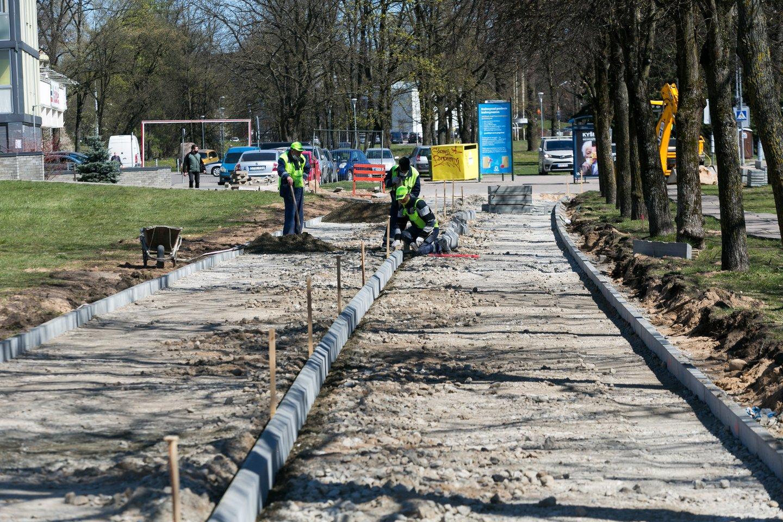 """Aikštėje prie Ukmergės """"Pivonijos"""" prekybos centro bus klojamos kitos plytelės.<br>T.Bauro asociatyvi nuotr."""