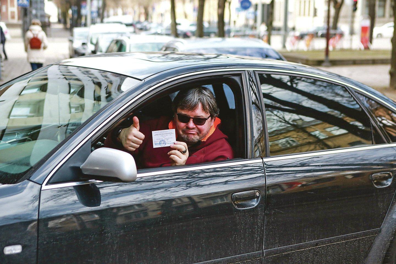 Negalią turintis kaunietis A.Kalvėnas gali ramiau atsikvėpti – jo rankose pagaliau atsidūrė leidimas važinėti automobiliu, kurio priekiniai stiklai užtamsinti.<br>G.Bitvinsko nuotr.