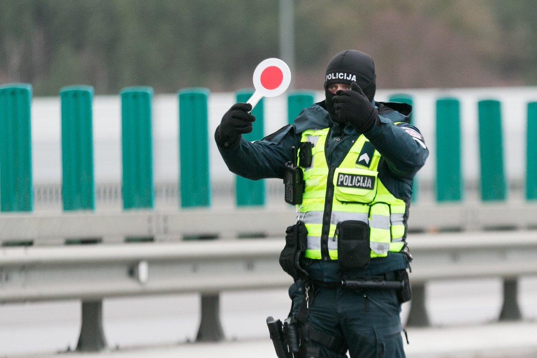 Policijos pareigūnų naudojami nesudėtingi prietaisai suteikia galimybę bet kokio automobilio stiklų laidumą šviesai nustatyti vos per kelias sekundes.<br>T.Bauro nuotr.