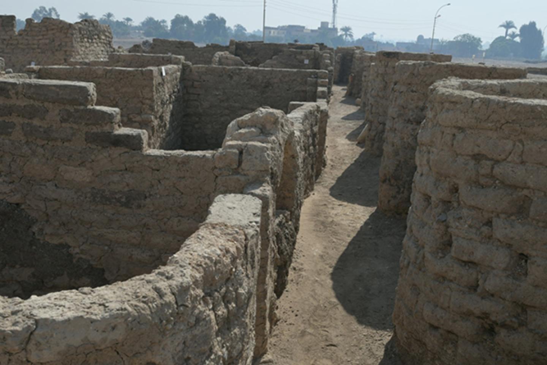 Zigzaginė tvora – architektūrinis dizainas, naudotas XVIII dinastijos pabaigoje – atitvėrė teritoriją ir leido įeiti į rajoną tik per vienintelį įėjimą, vedantį į gyvenamąsias zonas ir vidinius rajono koridorius.<br>Egipto Senienų ministerijos nuotr.