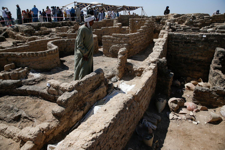 """Archeologai atrado """"Prarastąjį Aukso miestą"""", kuris pastaruosius 3000 metų buvo palaidotas po senovės Egipto sostine Luksoru.<br>Reuters / Scanpix nuotr."""