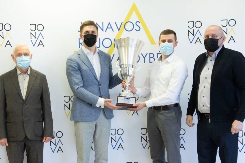 """Jonavos rajono merui įteikta NKL čempionų taurė, kurią iškovojo Jonavos """"Cbet"""" ekipa."""