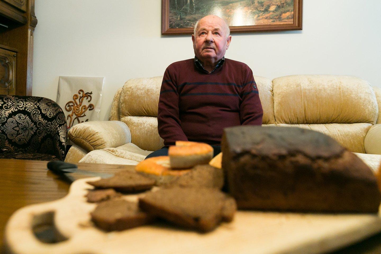 """""""Ant karštos duonos riekės – sviesto gabalas. Nieko nėra skaniau"""", – patikino 80 metų E.Laurynas.<br>T.Bauro nuotr."""