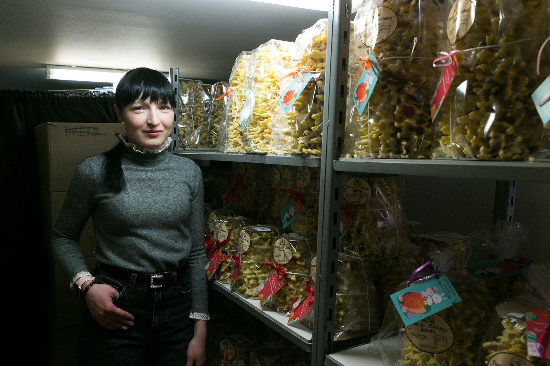 Emigranto duonos paragavusi E.Laurynaitė sugrįžo į šeimos kepyklą. Šakočiai – jos vizitinė kortelė.<br>T.Bauro nuotr.