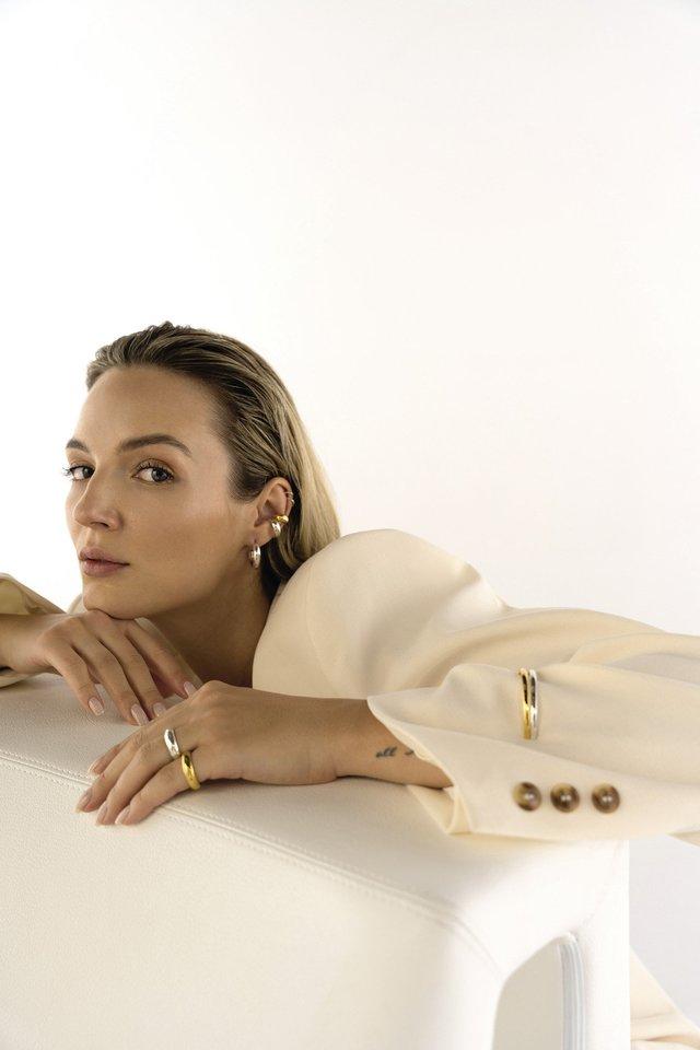 """Tinklaraštininkė ir grožio konkursų dalyvė Simona Burbaitė (30 m.) ryžosi išbandyti naują veiklą – su juvelyrikos prekės ženklu """"Soda Futura"""" ji sukūrė papuošalų kolekciją, skirtą ateities moteriai.<br>Nuotraukos: Monika Rukaitė. Makiažas: Neringa Čukinienė. Plaukai: Mantas Tautvaišas."""