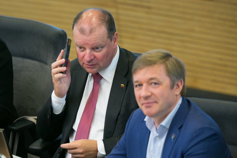 R.Karbauskis atšovė, esą šešėlinę Vyriausybę kritikuodamas S.Skvernelis nėra perskaitęs nė vieno jų parengto dokumento.<br>T.Bauro nuotr.
