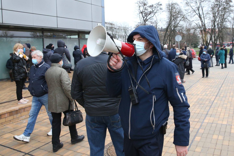 Prie vakcinacijos centro šalia Vilniaus miesto savivaldybės antradienį nusidriekė nemaža laukiančiųjų eilė – kai kurie senjorai skiepo nuo COVID-19 teigė laukiantys kelias valandas.<br>R.Danisevičiaus nuotr.