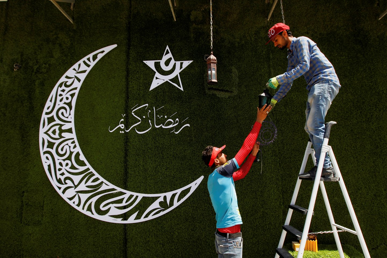 Musulmonai pradeda koronaviruso aptemdytą Ramadaną. <br>Reuters/Scanpix nuotr.