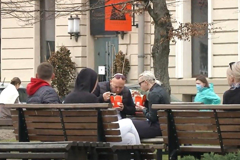 Žmonėms galima prisėsti ant suoliuko, sumuštinį suvalgyti ir kavos išgerti išsineštos. Jeigu tas suoliukas šalia kavinės, tarsi galima, bet jeigu kėdė yra priklausanti kavinei, tai kaip ir nebegalima.<br>Stop kadras