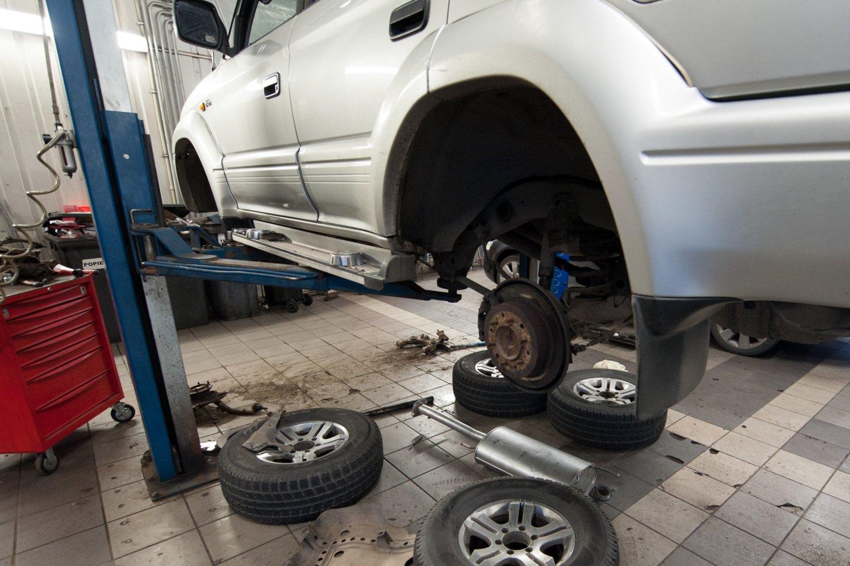 Saugaus eismo specialistai pabrėžia, kad padangos – vienintelis automobilio sąlytis su kelio danga, todėl labai svarbu, kad jos būtų kokybiškos, o svarbiausia – užtikrintų maksimalų saugumą.<br>V.Ščiavinsko nuotr.