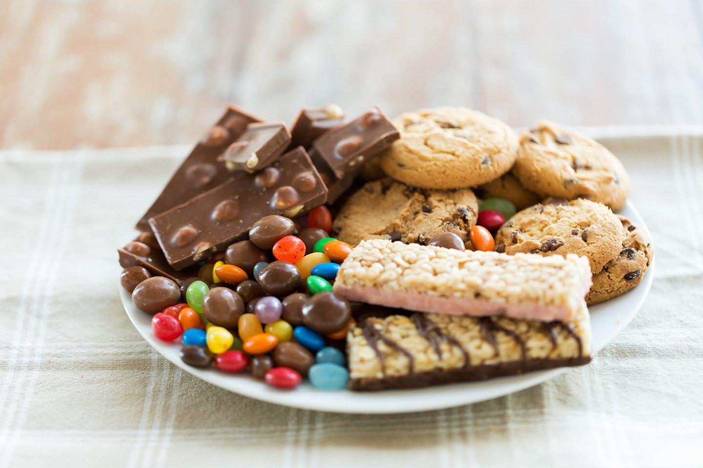 Gydytoja dietologė saldumynus pataria gamintis patiems, o renkantis parduotuvėje rekomenduoja atkreipti dėmesį į sudėtį.<br>123rf nuotr.