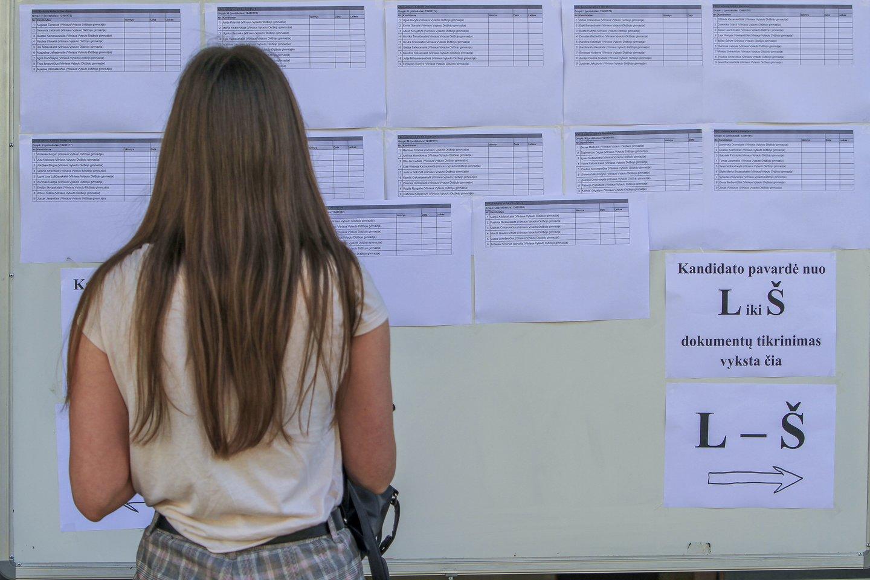 Abiturientai sparčiai ruošiasi artėjantiems brandos egzaminams.<br>V.Ščiavinsko nuotr.