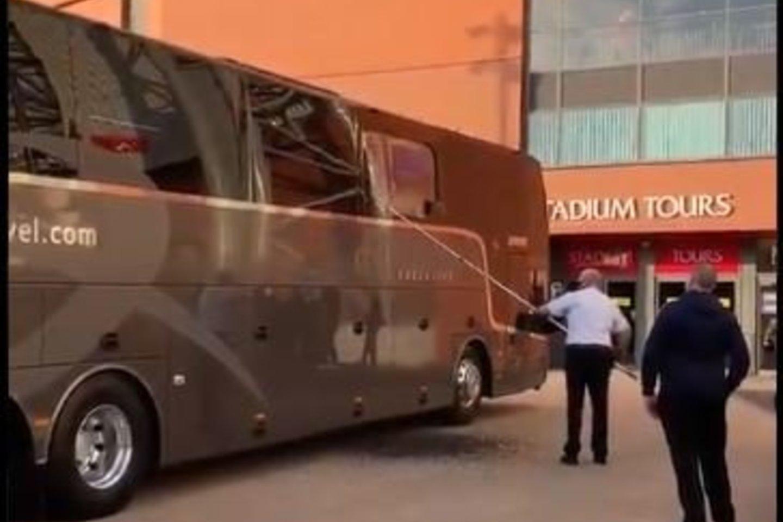 Sudaužytas autobuso stiklas.<br>twitter.com nuotr.