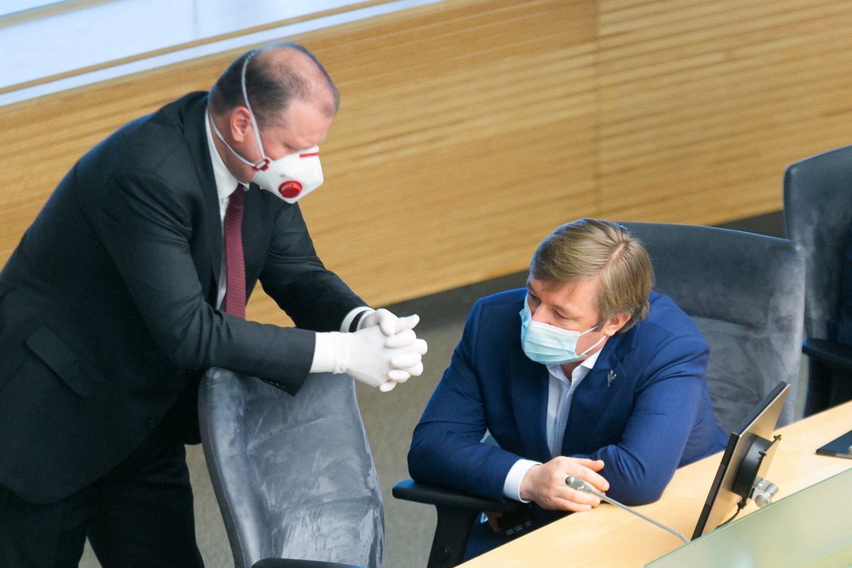 Kyla vis daugiau spėlionių, kad S.Skvernelis ir R.Karbauskis pasuks skirtingais keliais.<br>T.Bauro nuotr.