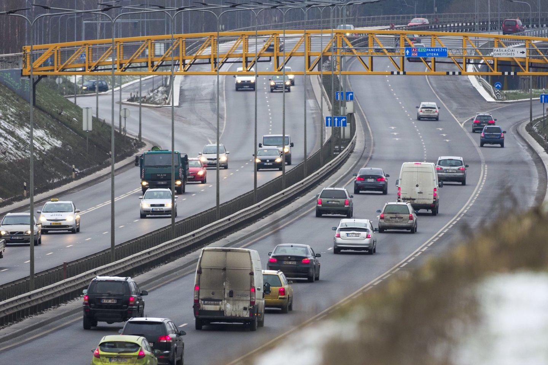 Svarstant apie automobilių taršos mokesčio peržiūrą sutariama, kad reikia ieškoti paskatų gyventojams persėsti nuo taršių į mažiau taršius automobilius.<br>V.Ščiavinsko nuotr.