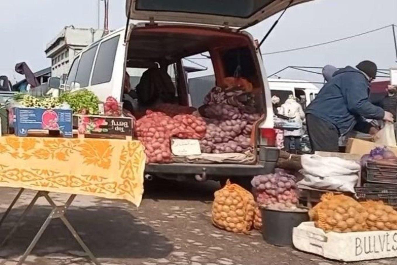 Tiek šeštadieniniame, tiek sekmadieniniame turguje akys tiesiog raibo nuo žalumynų. Ant prekybininkų stalų buvo gausu svogūnų laiškų, ridikėlių, krapų, salotų.<br>D.Kuprijanovo nuotr.