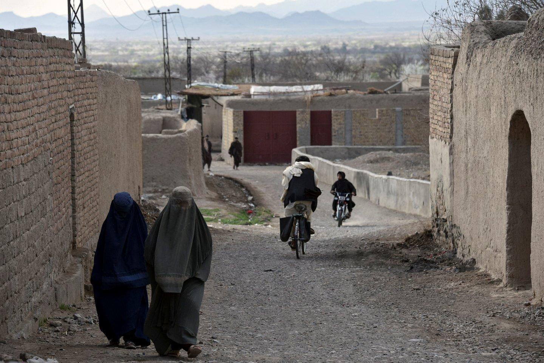 Moterys namus gali palikti tik apsirengę pagal Šariato reikalavimus.<br>AFP/Scanpix nuotr.