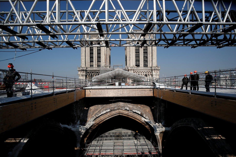 Per gaisrą suniokota Paryžiaus Dievo Motinos katedra bus atstatyta pagal numatyta grafiką.<br>REUTERS/Scanpix nuotr.