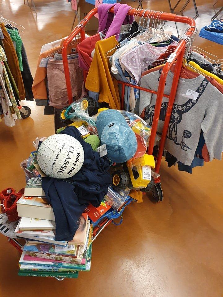 Mama Laura šiemet į mugę pristatė šešis lagaminus žaislų, vaikų drabužių ir batų.<br>Asmeninio albumo nuotr.