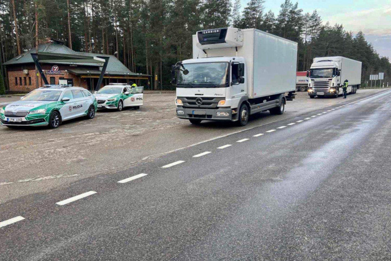 Priemonės metu Kelių policijos pareigūnai ypatingą dėmesį skiria krovininių automobilių ir autobusų vairuotojams patikrinti.<br>Pranešėjų spaudai nuotr.