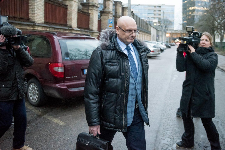 Teisėjas V.Kažys prieš dvejus metus su antrankiais buvo atvestas į teismą.<br>D.Umbraso nuotr.