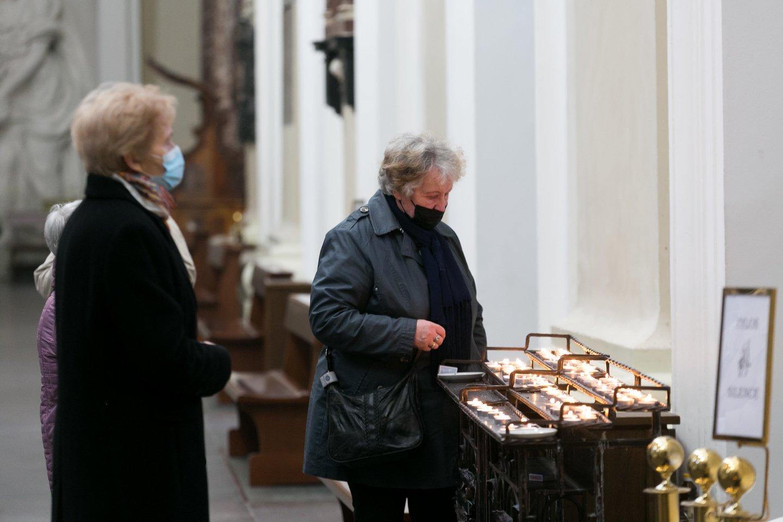 Vilniaus bažnyčiose į vėl aukojamas mišias tikintieji nesiveržė.<br>T.Bauro nuotr.
