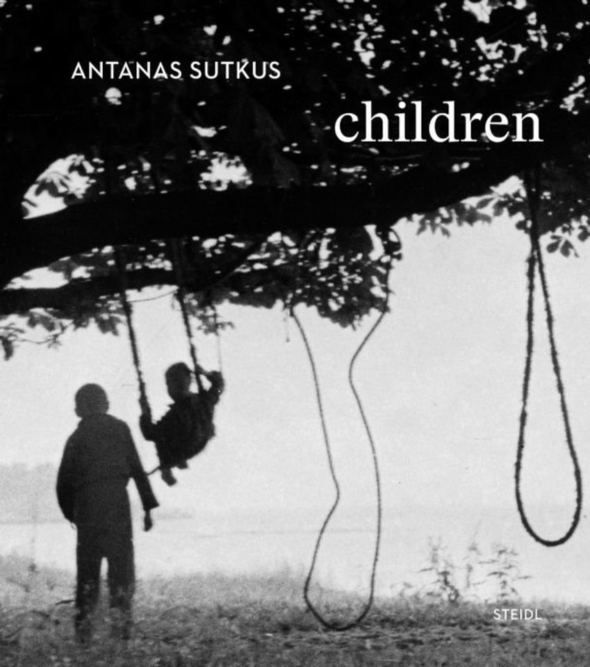 """Dėl pandemijos garsioje Volietijos leidykloje užstrigo trečiasis Antano Sutkaus fotografijų albumas """"Vaikai"""".<br>Leidyklos """"Steidl"""" nuotr."""