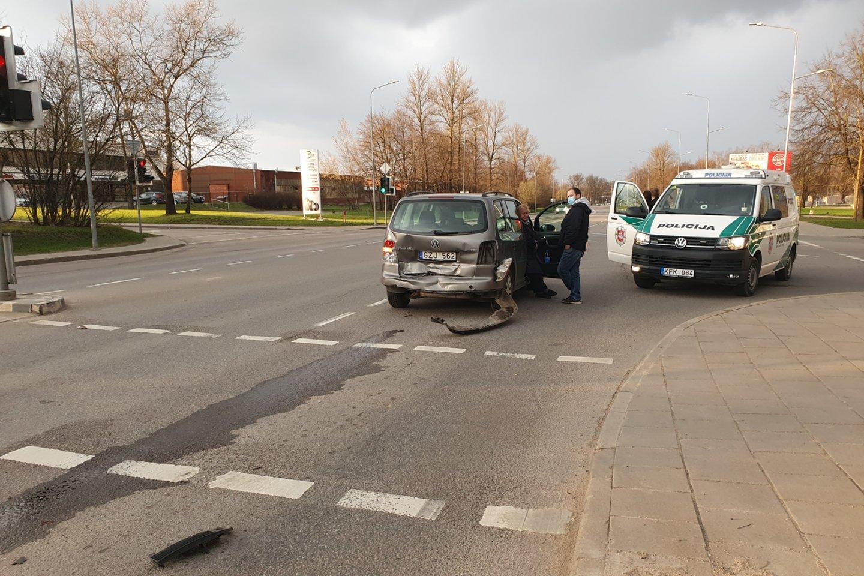 """Su 2 prom. prie """"Audi"""" vairo sėdęs vilnietis sudaužė tris mašinas.<br>Įvykio liudininko nuotr."""