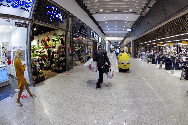 Pirmadienį veiklą leidus atnaujinti iki šiol neveikusioms didelių prekybos centrų parduotuvėms, tik atsidarius prie kai kurių jau driekėsi nedidelės eilės.<br>V.Ščiavinsko nuotr.