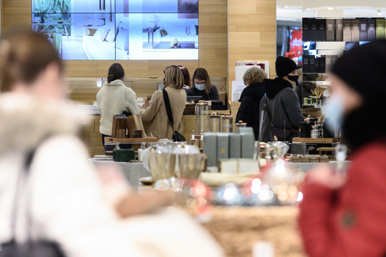 Pirmadienį veiklą leidus atnaujinti iki šiol neveikusioms didelių prekybos centrų parduotuvėms, tik atsidarius prie kai kurių jau driekėsi nedidelės eilės.<br>V.Skaraičio nuotr.